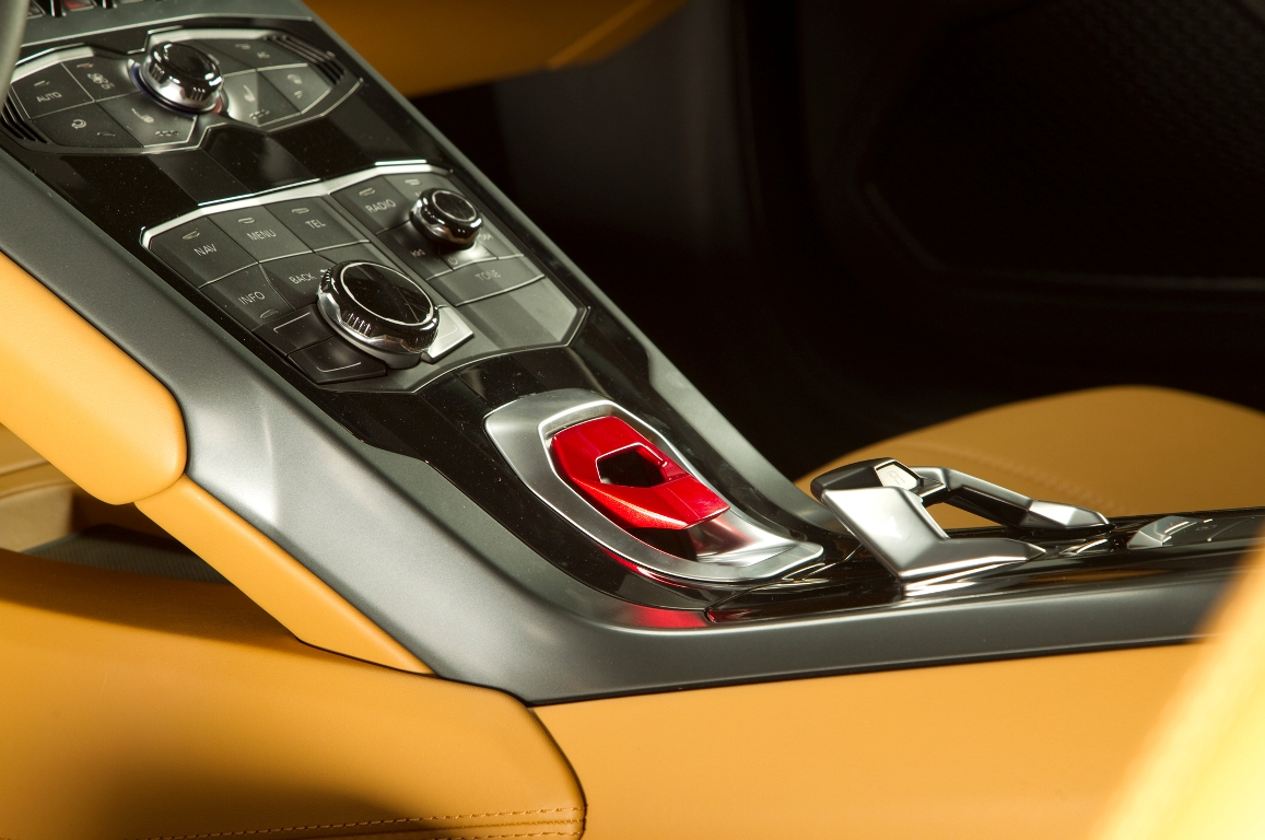 2015-Lamborghini-Huracan-center-console-04