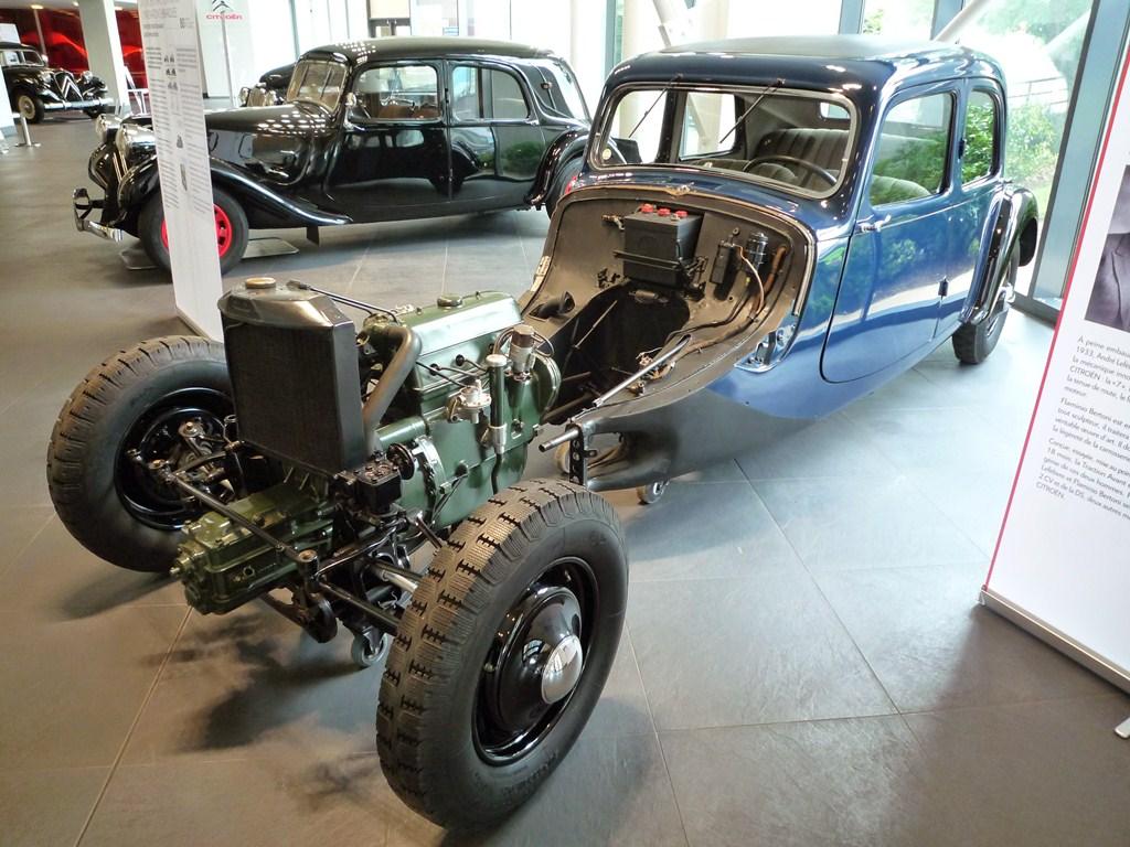 Une 7 de 1934 sans ailes avant ni capot, mettant en évidence la carrosserie autoportante.