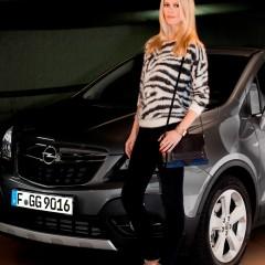 Claudia Schiffer : Nouvelle égérie d'Opel