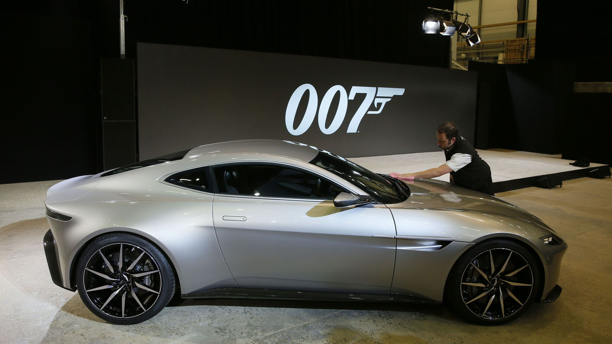 aston martin db10 uniquement pour james bond. Black Bedroom Furniture Sets. Home Design Ideas
