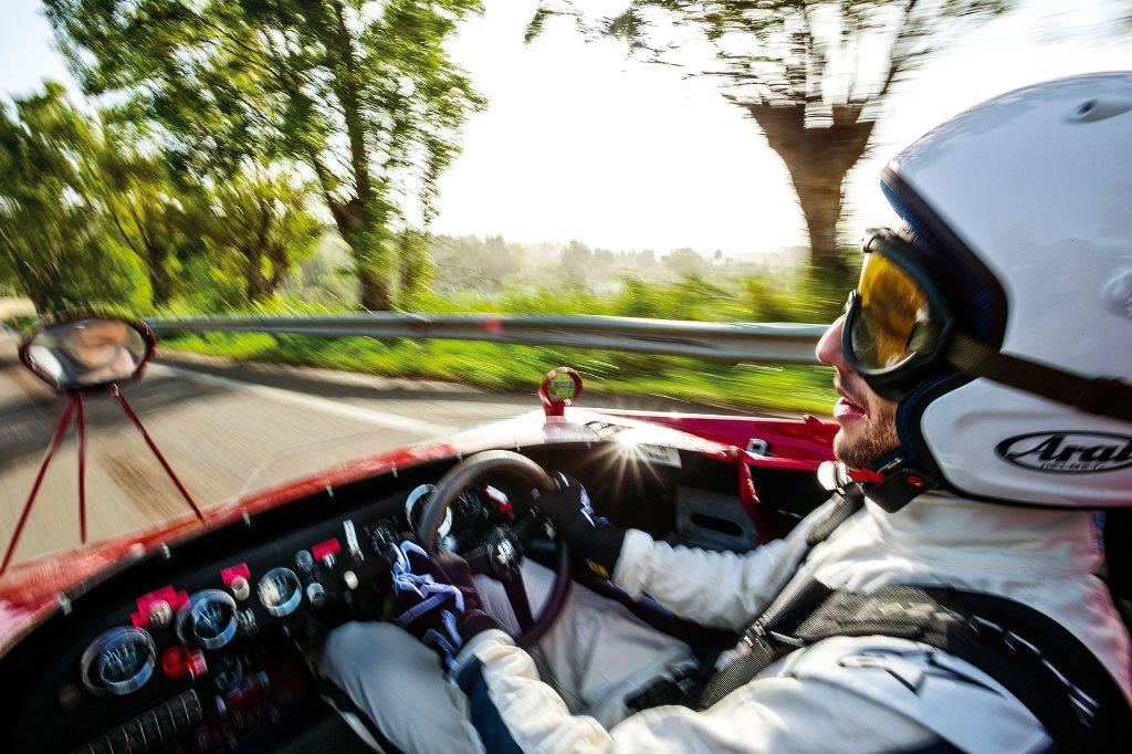 Daniel Ricciardo voyage dans le temps à bord d'une Alfa Roméo T33 de 1972