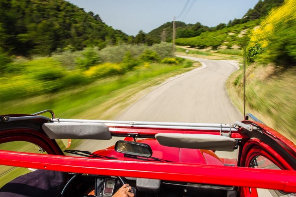 Découvrir les paysages de la Drôme Provençale en Citroën 2CV