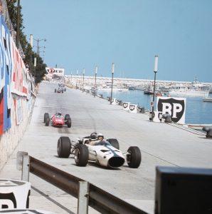 1966 Monaco Grand Prix. Monte Carlo, Monaco. 19-22 May 1966. Bruce McLaren (McLaren M2B Ford) leads Lorenzo Bandini (Ferrari 158/246). Ref-3/2105. World Copyright - LAT Photographic