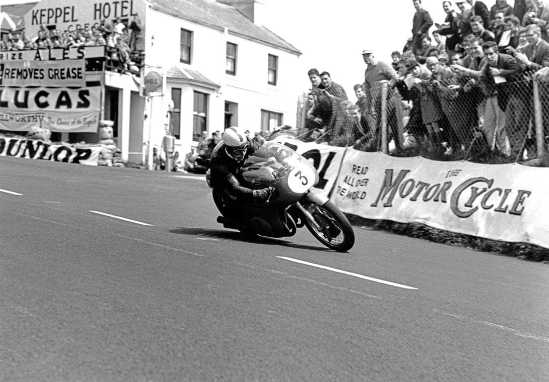John Surtees sur MV Agusta au TT de l'Isle de Man
